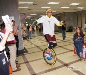 短短距離30公尺,陳長文律師騎得非常順暢。(取自中評社)