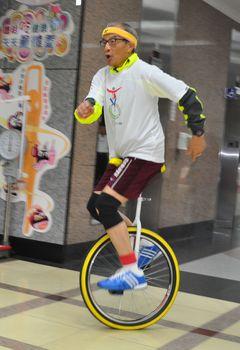 【報導】知難不退 陳長文挑戰騎獨輪車
